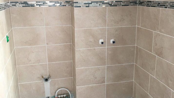 Cloison et salle de bain à rénover à Villeneuve-Loubet
